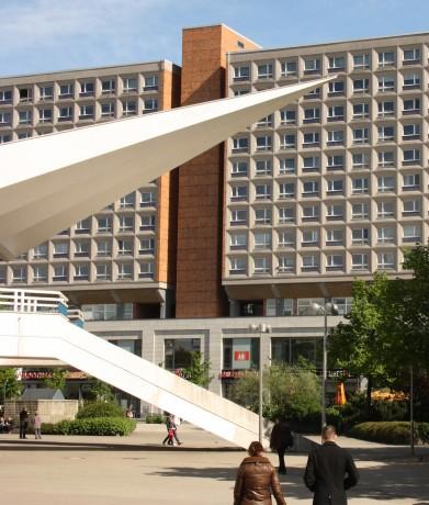 Auskragende Dächer der Fernsehturmfußumbauung - im Hintergrund die Rathauspassage