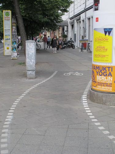 In Berlin wird Radverkehr mal gut, mal weniger gut geplant (wie hier am Rosenthaler Platz) (Foto: urbanophil)