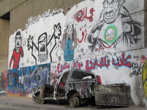 Graffitis mit politischen Motiven und Reste der Straßenschlachten.
