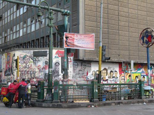 Die Außenmauer der American University in Cairo.