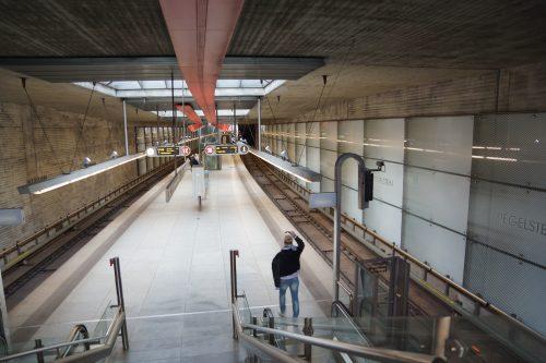 U-Bahnhof Ziegelstein mit rotem Ziegelstreifen als Leitsystem an der Decke