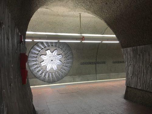 U-Bahnhof Lorenzkirche (1978) mit stilisierter Nachbildung der Rosette der namensgebenden Kirche