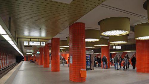 Nürnberg Hauptbahnhof, Bahnsteig U1 mit zeittypischen Soft-Edge-Formen, Rasterlampen und Orange-Grün-Kontrast