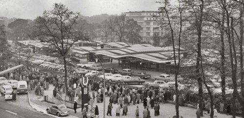 Eröffnung der Umsteigeanlage am Wandsbek Markt. Unter den Faltdächern sind die Baukörper von Service- und Abgangsbereichen frei angeordnet. Heinz Graaf, 1962. Bildquelle: Hamburgisches Architekturarchiv