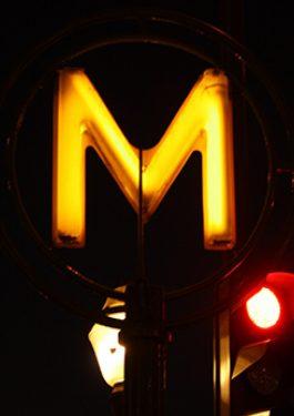 Metro M aus Paris in der Nacht