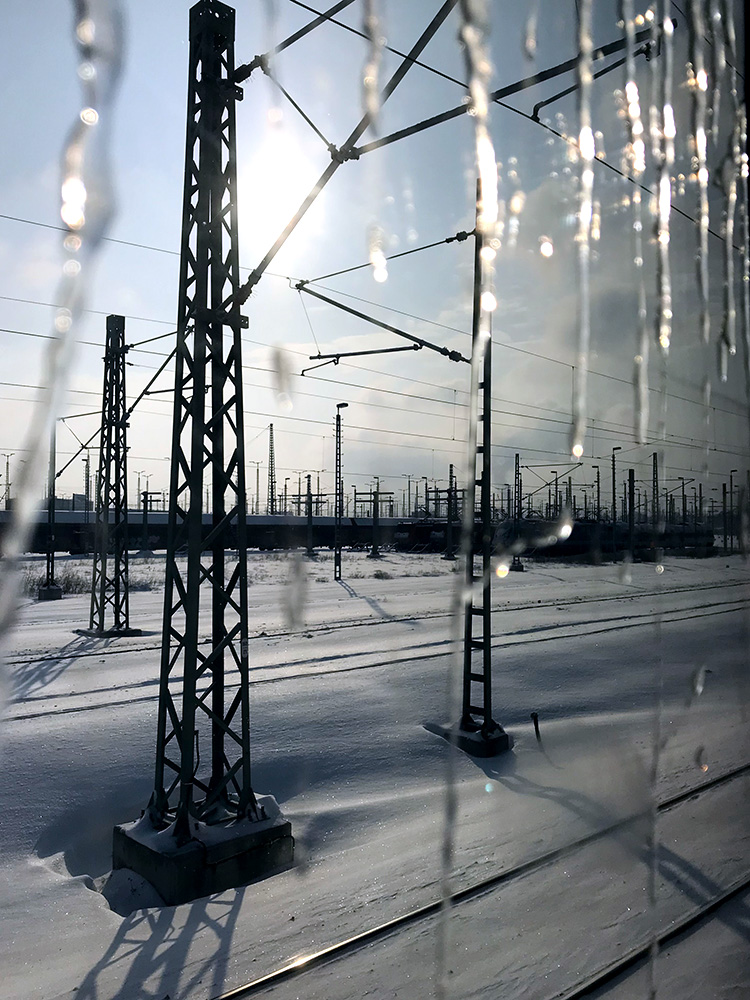 Eiszapfen vor Eisenbahnlandschaft